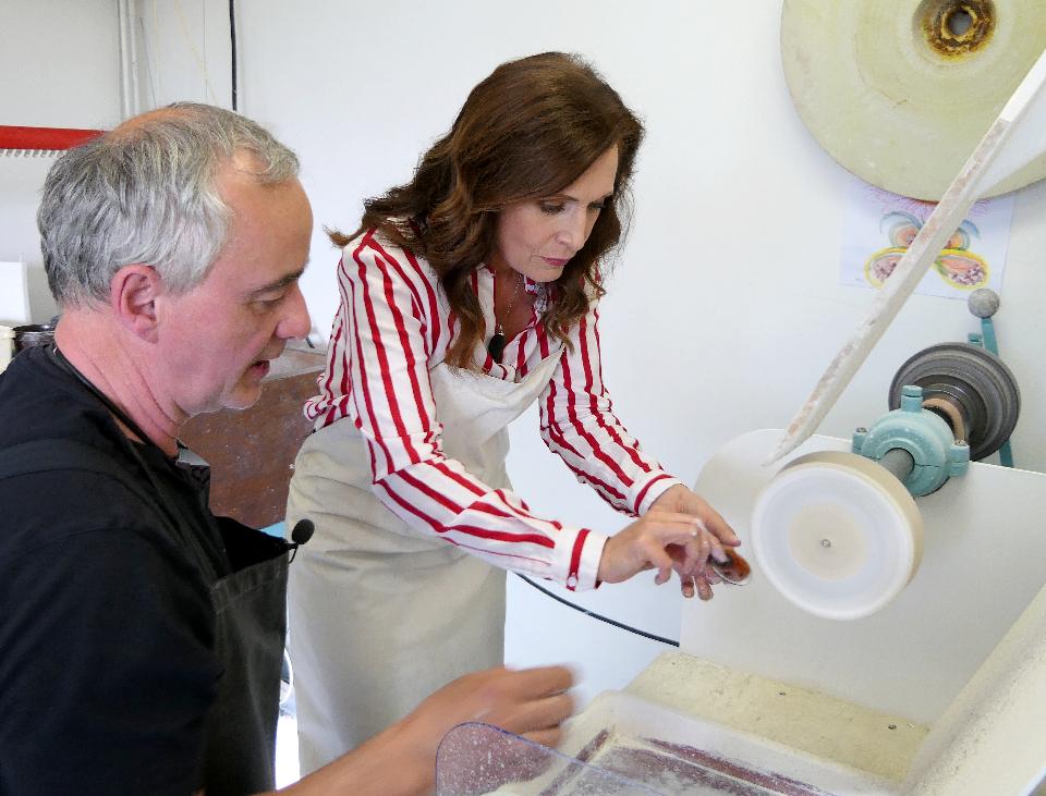 Iveta Toušlová s Ladislavem Olivou v rodinném ateliéru v Železném Brodě